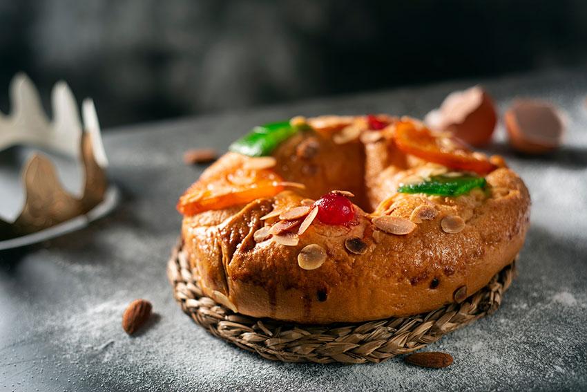 Noche de Reyes con un postre dulce y villancicos. Roscón de Reyes y canciones de navidad para una noche más especial