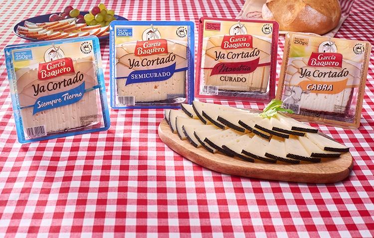 Un plato de queso García Baquero Ya cortado para alegrar las veladas de los mejores amigos con un surtido de quesos