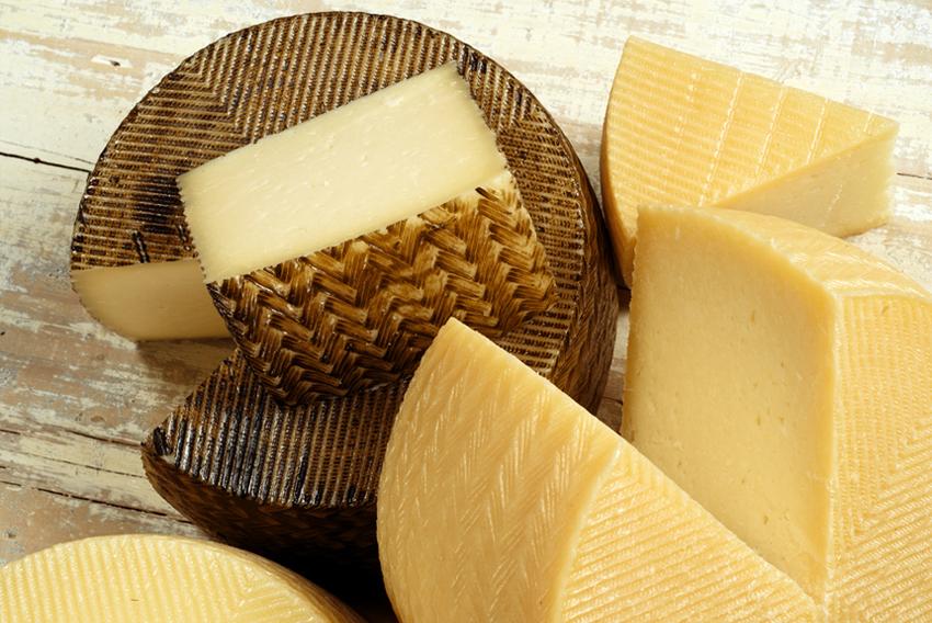 los agujeros naturales son los ojos del queso, un aspecto del queso a mirar en una cata de queso como la de García Baquero
