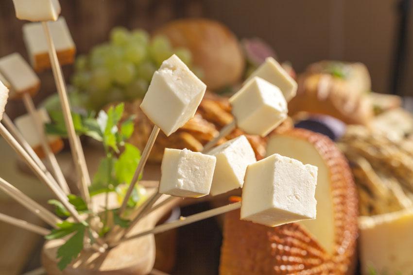 Beneficios del queso de oveja elaborado con leche de oveja, la leche con más calcio y potasio en su composición