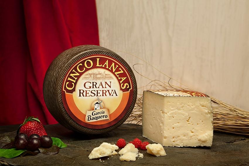Cuchillo corto para cortar queso en lascas, como Gran reserva 5 lanzas de García Baquero. Queso con 16 meses de maduración