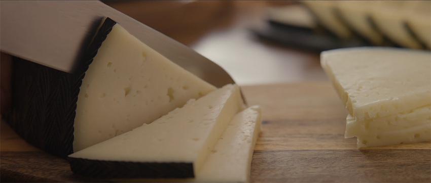 formas de cortar quesos redondos en cuñas triángulares. La forma de cortar queso según su forma en partes iguales