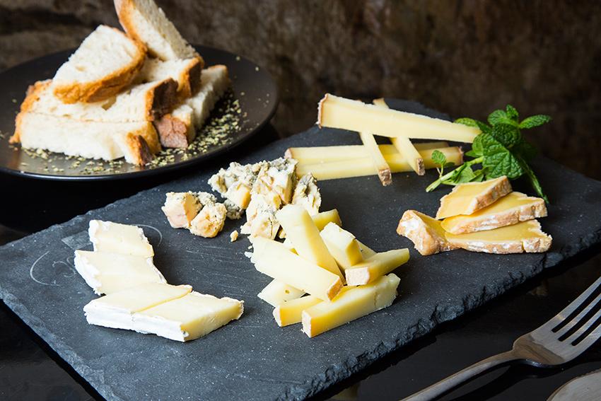 cortar queso en bastones. La forma de cortar quesos rectangulares o alargados, sin que sean lonchas de queso