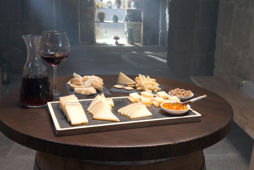Cortar queso reserva 12 meses de García Baquero. Diferentes cortes de queso para preparar una tabla de quesos