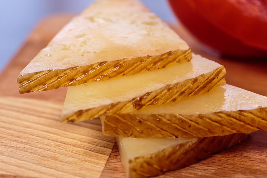cortes de queso: cortar queso curado en triángulos como Maestría Curado de García Baquero