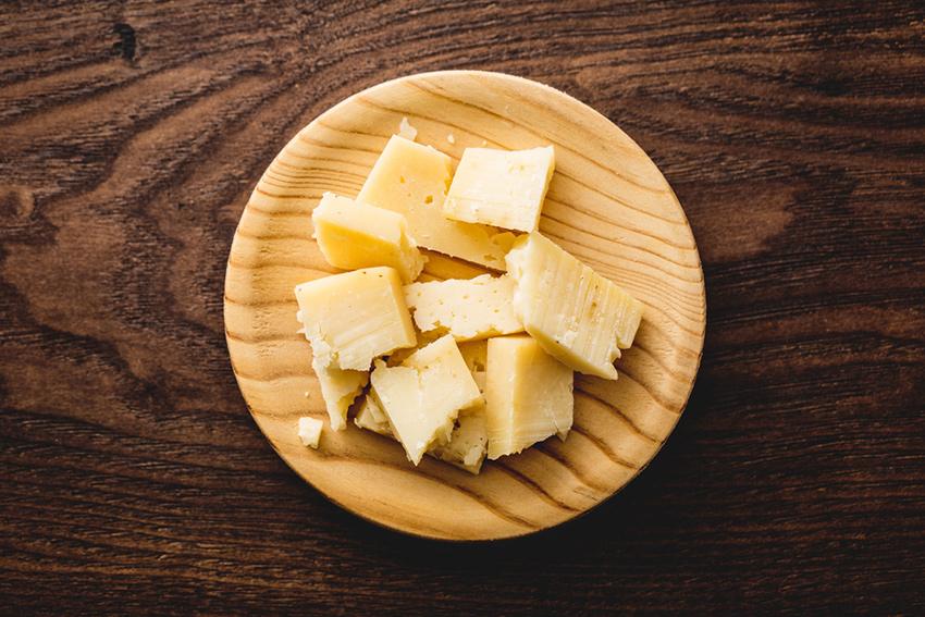 cortes de queso en lascas: cortar queso viejo y añejo en virutas irregulares con la ayuda de una espátula quesera