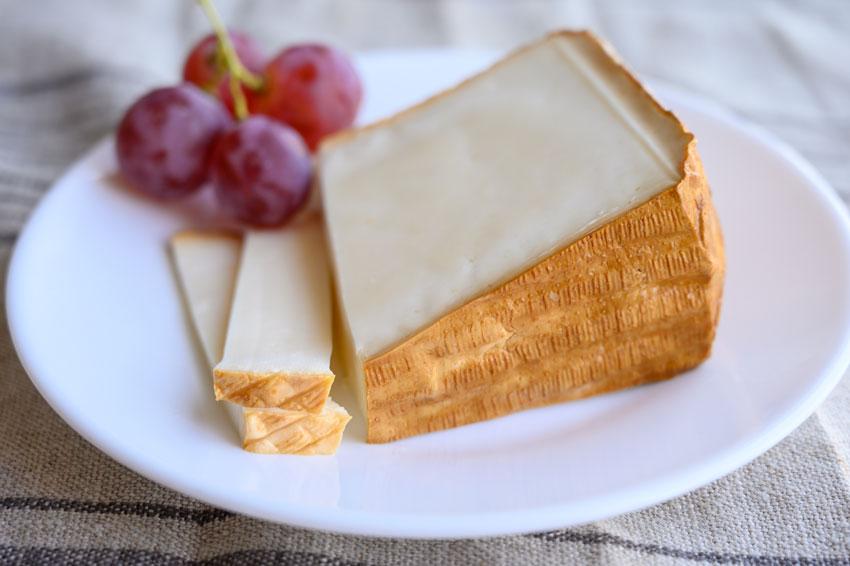 Quesos internacionales elaborados con leche de cabra como el Queso de Cabra García Baquero, con sabor suave y picante