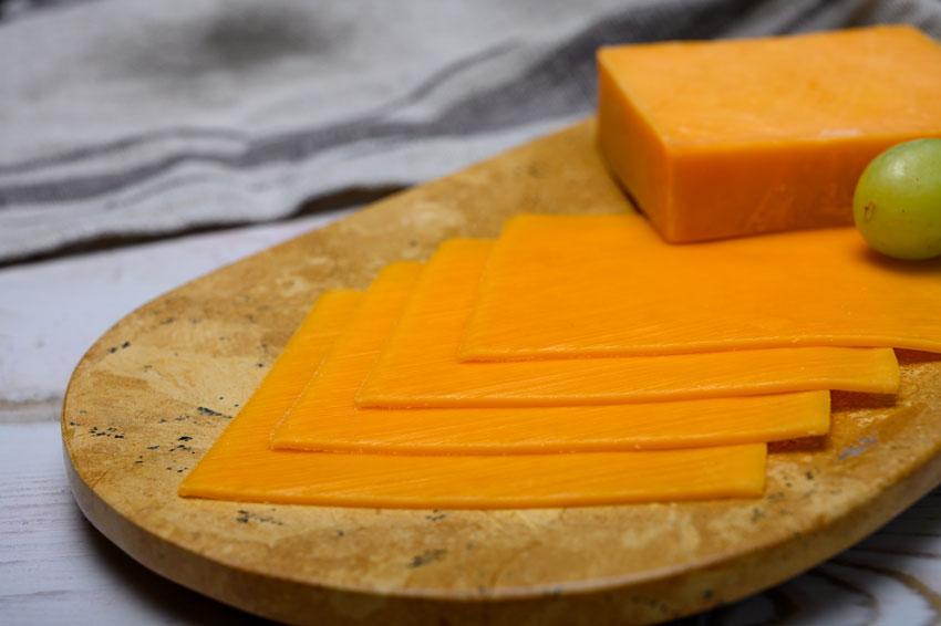 Quesos internacionales: el queso Cheddar. La delicia naranja de Reino Unido, elaborado con la técnica del cheddaring