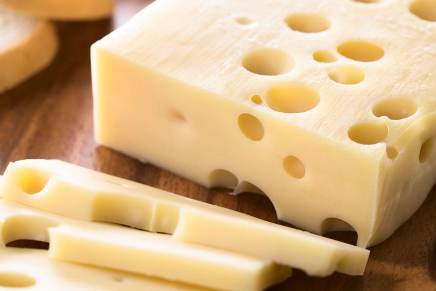 Quesos internacionales: el queso Emmental de Suiza. El clásico queso con agujeros con sabor suave y aroma frutal