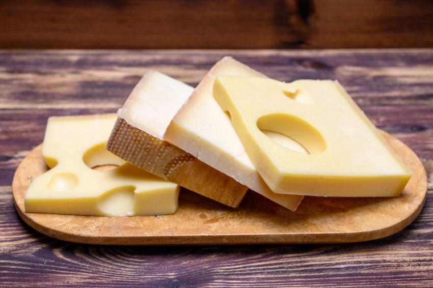 Quesos internacionales: queso Gruyere de Los Alpes Suizos, muy aromático con notas a miel y nueces y sabor cremoso y dulce