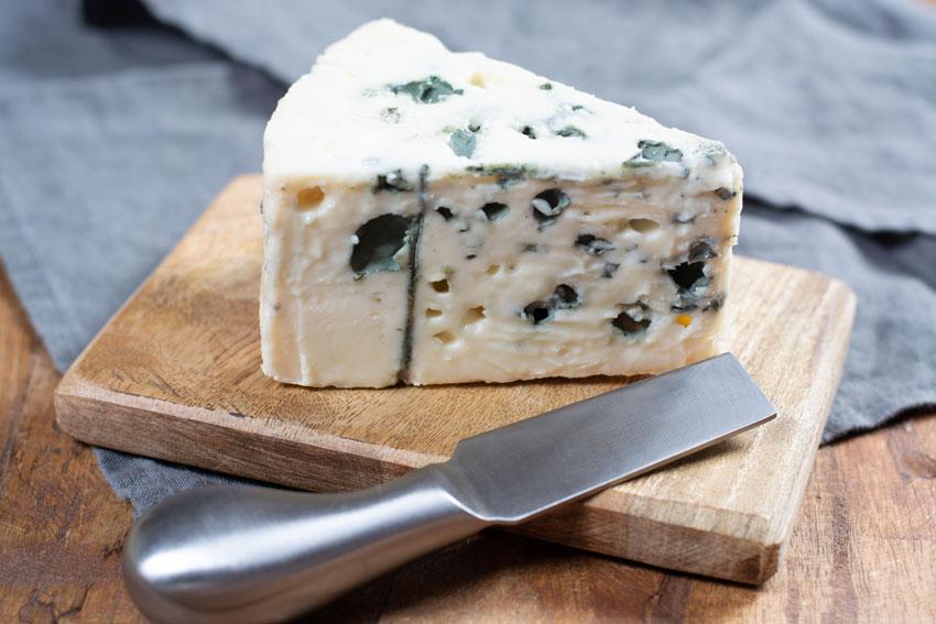 Quesos internacionales: el queso Roquefort francés. Un clásico elaborado con leche de oveja Lacaune, y perfecto para salsas
