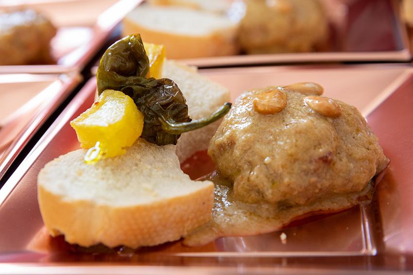 Feria de la tapa con queso de La Victoria. Tapas con carne y queso: medallón de bacon y corazón de Cava Barus García Baquero