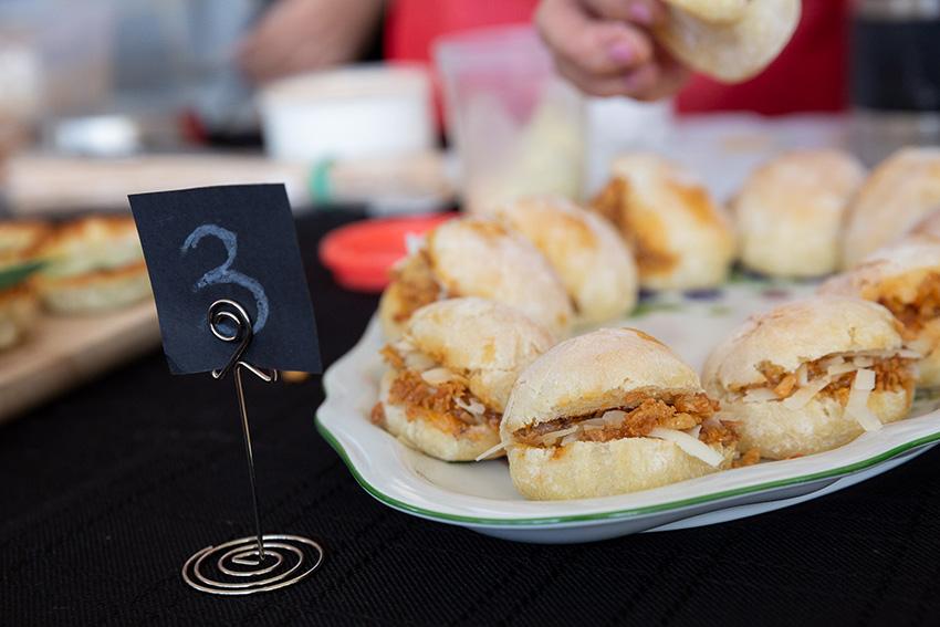 Feria de la tapa con queso de La Victoria. Tapas con carne y queso: molletes de costillas con queso Semicurado García Baquero