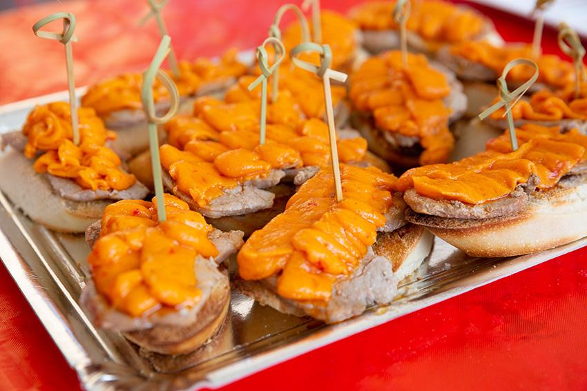 Feria de la tapa con queso de La Victoria, tapas con carne: tosta con solomillo y queso  Barus y Viejo 10 meses García Baquero