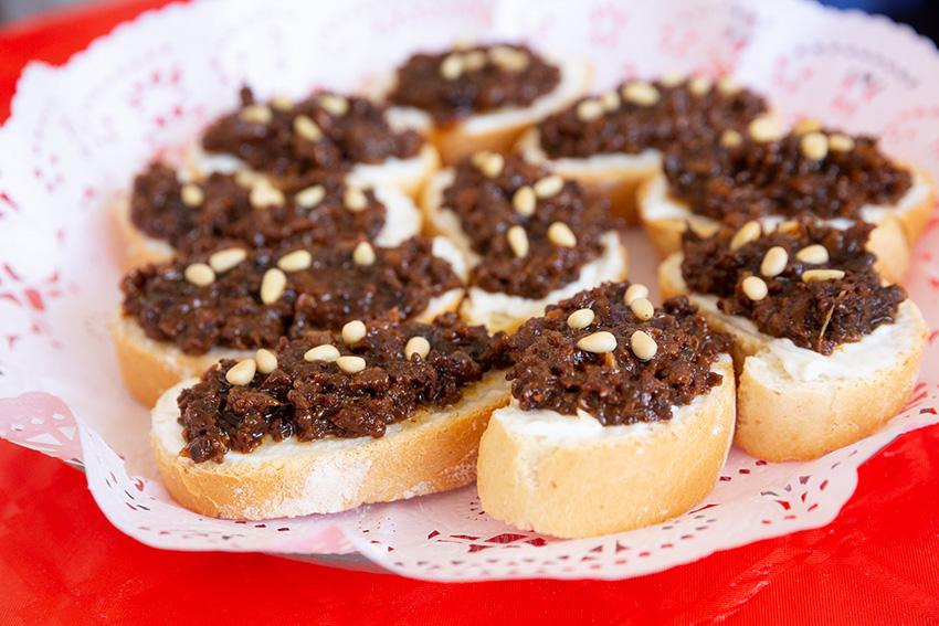 Feria de la tapa con queso de La Victoria. Tapas con carne y queso: tosta de morcilla y queso de cabra García Baquero