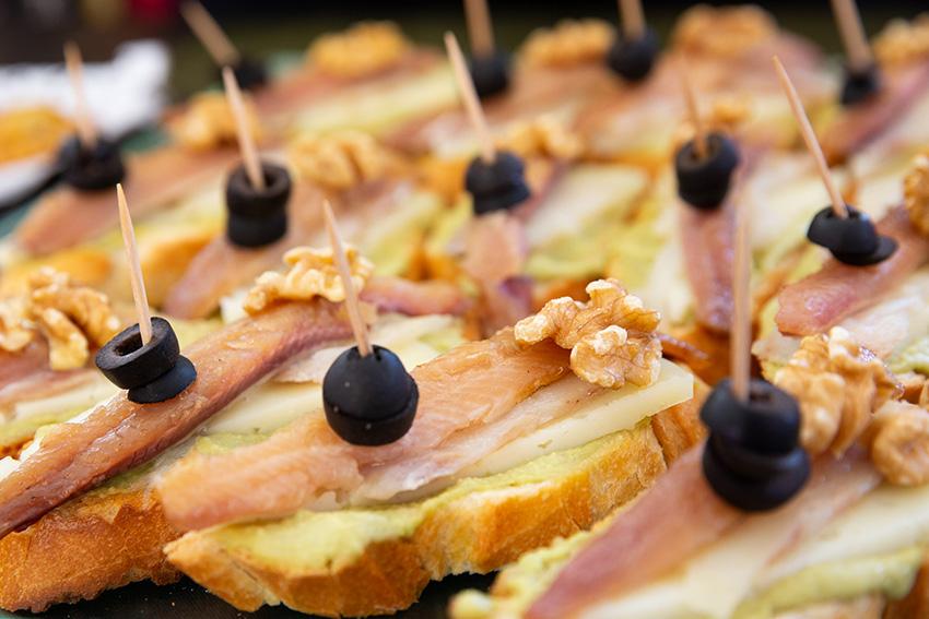 Feria de la tapa con queso de La Victoria. Tapas de mar y queso: tosta de Curado Maestría García Baquero con salmorejo aguacate