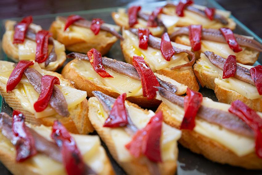Feria de la tapa con queso de La Victoria. Tapas de mar y queso: tosta guadalmazan con queso curado Maestría García Baquero