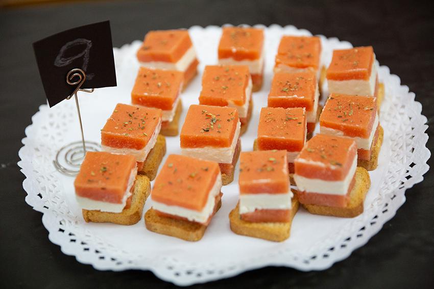 Feria de la tapa con queso de Miajadas.  Tapa: dados de toamte y queso de cabra y crema de queso  García Baquero