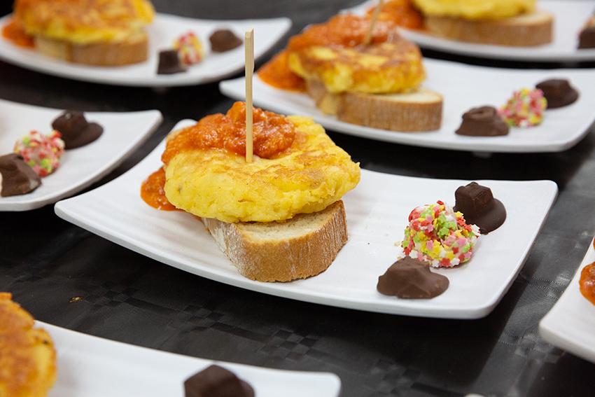 Tapa con queso de Miajadas: tortilla y bombones de queso