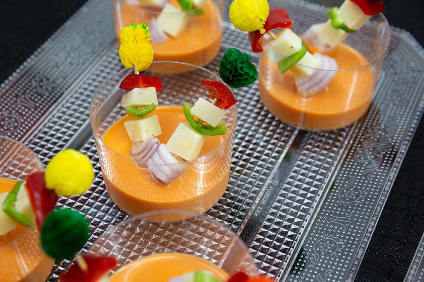 Feria de la tapa con queso de Miajadas. Tapa: salmorejo con brocheta de queso curado Maestría García Baquero