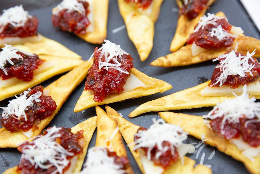 Feria de la tapa con queso de Miajadas. Tapa: triángulos de sabores y queso  curado Maestría y Reserva 12 meses García Baquero