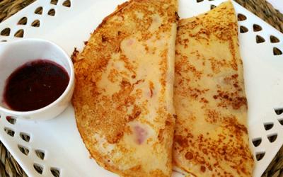 Tortitas de Jamón y Queso con salsa de frambuesa