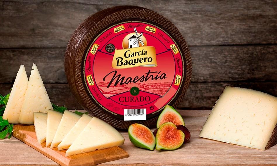 Bodegon Queso Curado García Baquero en mesa de madera-min